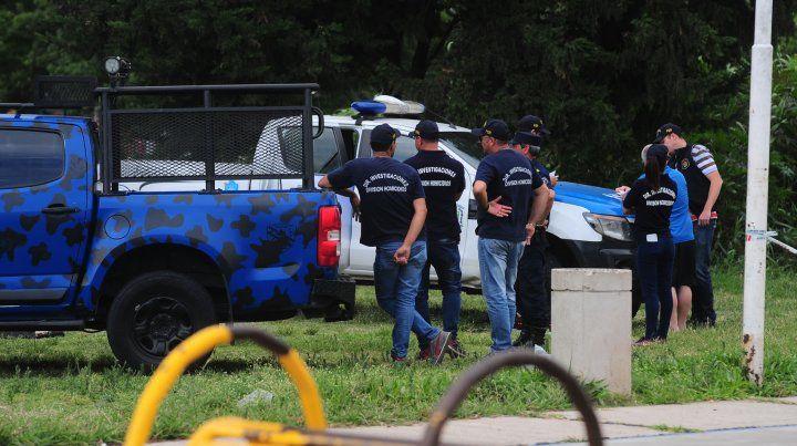 Los policías sobre la barranca del arroyo Antoñico.