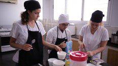 estudiantes de nutricion ensenan a preparar pan integral y mayonesa de zanahoria