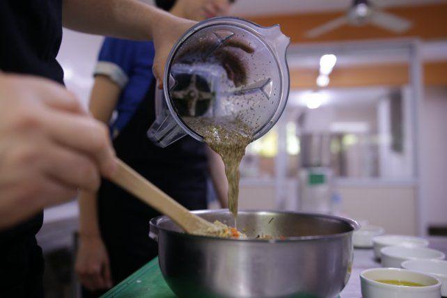 Especialistas en vida sana ofrecen sus hamburguesas de quinoa