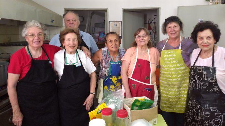 Manos que ayudan y cocinan tallarines con carne y verduras