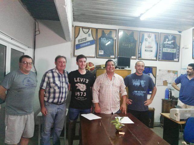 El joven jugador fue presentado por la dirigencia luego de firmar su contrato.