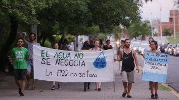 Activistas que concientizan sobre el agua en Paraná marcaron por la causa nacional.