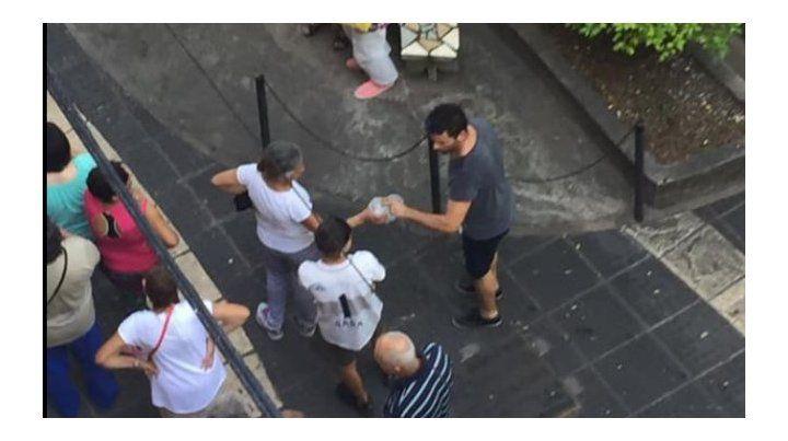 El viernes 27 de diciembre Pablo de Bueno pasó por la puerta del banco y observó a los jubilados que realizaban la fila para cobrar el bono de fin de año. La imagen lo conmovió y buscó bidones de agua mineral para repartir