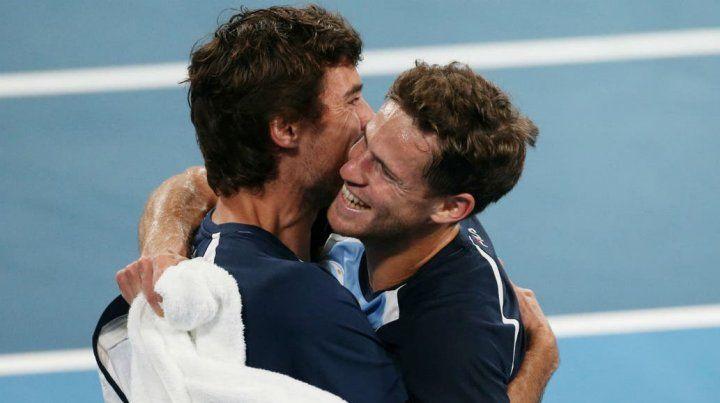 El abrazo de los dos héroes: Pella y Schwartzman concretaron la clasificación para los cuartos de final Fuente: Reuters