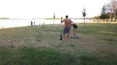 Profesores concientizan sobre la necesidad de limpiar la playa.