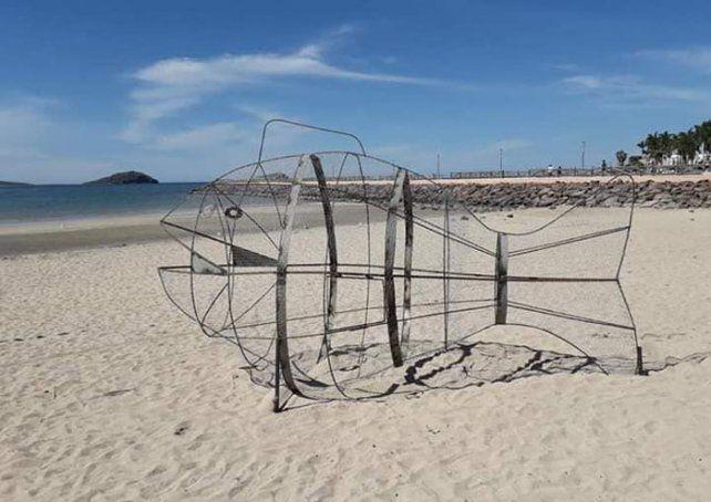 Instalan peces gigantes en playas mexicanas para recolectar plástico