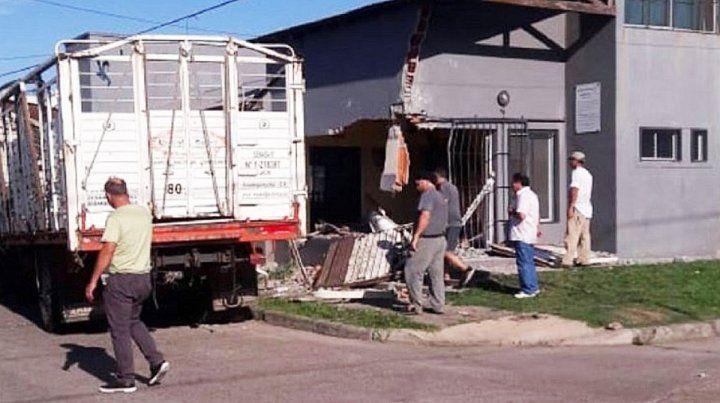 Está grave el joven que incrustó el camión contra un edificio
