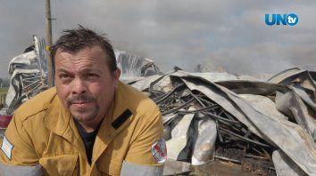El arduo trabajo de los bomberos en el incendio en la distribuidora