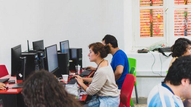 La diseñadora Solange Lavallen cumpliendo con su parte en la última GGJ en Paraná.