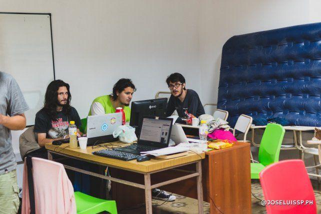 Los programadores con el colchón cerca para la hora del descanso.