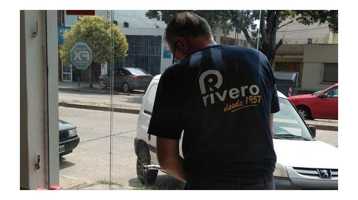 La Policía busca al loco del adoquín: rompió vidrios y robó dos locales en un día