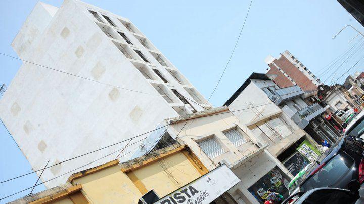 Dos albañiles cayeron desde un sexto piso en una obra de edificio céntrico