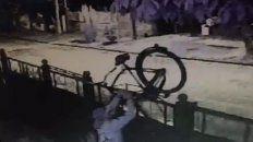 El momento en que tira la bicicleta a la vereda.