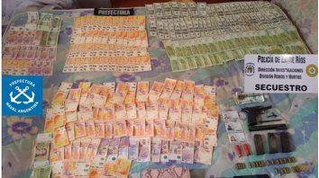 Parte del dinero recuperado en los allanamientos ejecutados en Paraná.