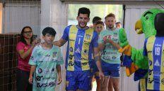 Adrián Gayoso, capitán del equipo, fue el primero en ingresar y recibir el aplauso de los presentes.