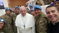 El papa Francisco posó con parte de la delegación de militares argentinos.