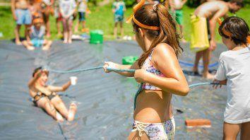 Juegos, desafíos en equipos, fiesta de disfraces y fogón
