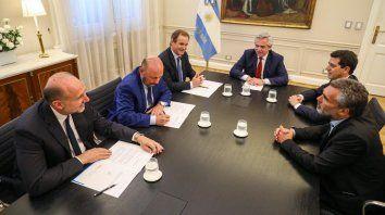El gobernador Bordet sentado a la derecha del presidente Fernández en la reunión con gobernadores.