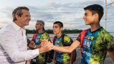 El intendente de Paraná saludando a los atletas de Bajada Grande en la Costanera de Paraná.
