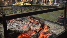 Durante las ferias gastronómicas hacen fuego en los espacios públicos.