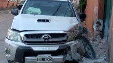 Casi no sabía manejar, robó una camioneta y chocó una casa