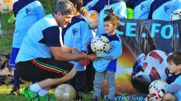 El entrenador de arqueros con los niños del centro de formación.