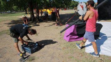 Chemma, Marcela y Nahuel preparan el escenario bajo un intenso calor.