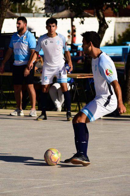 Rudolf dejó el fútbol por un lado. Ahora despunta el vicio jugando al futsal en Mariano Moreno.