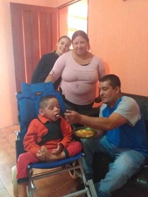 Chuni junto con su familia luego de cocinar el guiso solidario.