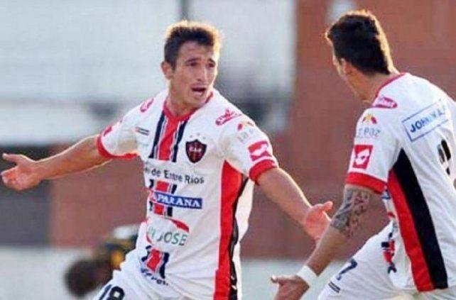 Chitero celebrando un gol en Patronato junto a Leonardo Acosta