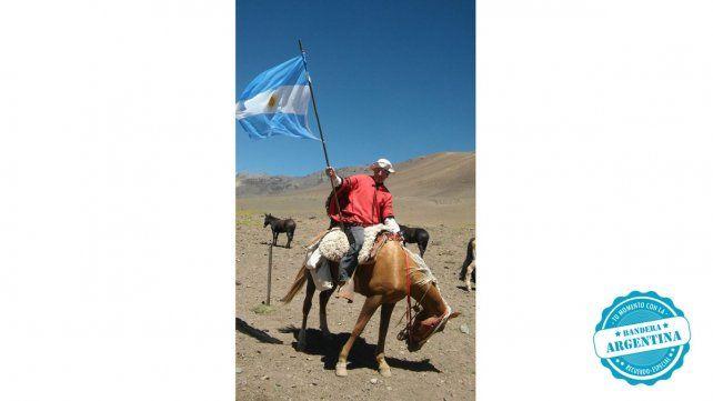 Con Mi Bandera en el Cruce de los Andes, por Los Patos en 2017. Esa bandera, hoy pertenece al grupo de ex-colimbas del Comando y Servicios, Clase 64, de Paraná. Gustavo Marse