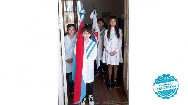 Salvador nos envió sus mejores recuerdos. La jura de la bandera en cuarto grado y el momento en que recibió la bandera por ser mejor promedio