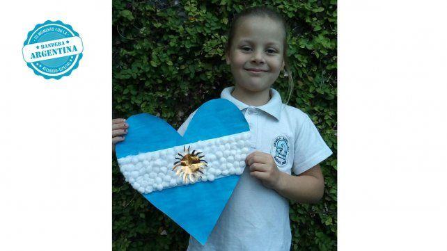 Serena Scoreanzi de la escuela Santa Ana de Paraná compartió su homenaje a la Bandera en su día