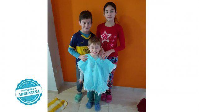 Ignacio Benítez se puso su poncho argentino y poso acompañado de sus hermanos Agustín y Valentina