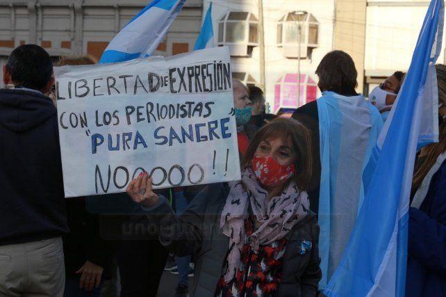 En el banderazo también se exigió la libertad de expresión.