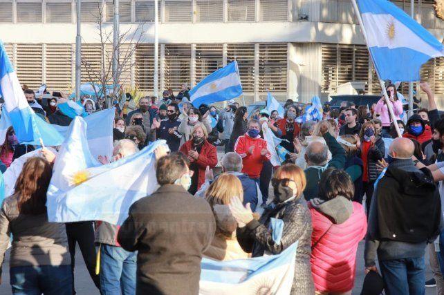 Cientos de personas se congregaron en el banderazo en Paraná, que tuvo varios reclamos, entre ellos la extensión de la cuarentena y los efectos sobre la economía, otro la falta de Justicia.