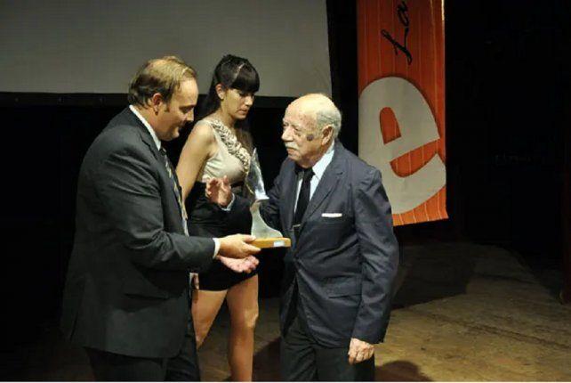 Adolfo recibiendo el premio Escenario en el teatro 3 de Febrero de Paraná.