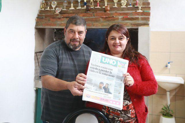 Emilio y Alejandra compran Diario UNO el fin de semana para leerlo en familia.