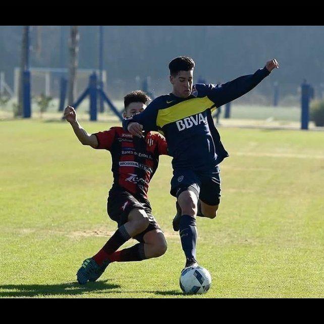 Ante Boca. El pibe de Feliciano tratando de recupera el balón ante un futbolista del Xeneize.