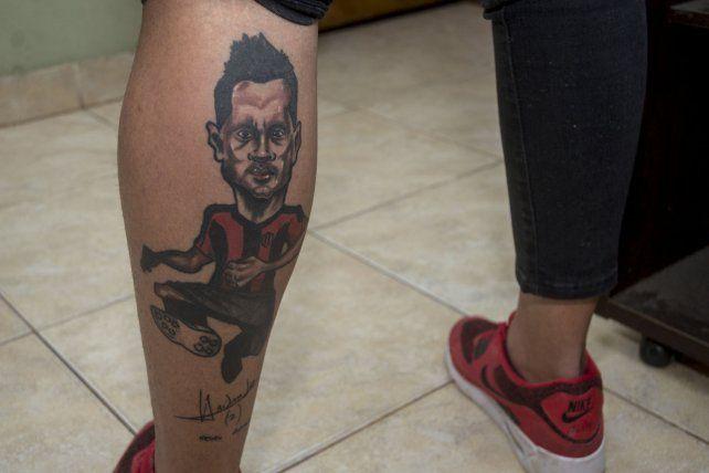 Lucas luce orgulloso los colores Patronato y el tattoo de su ídolo futbolístico.