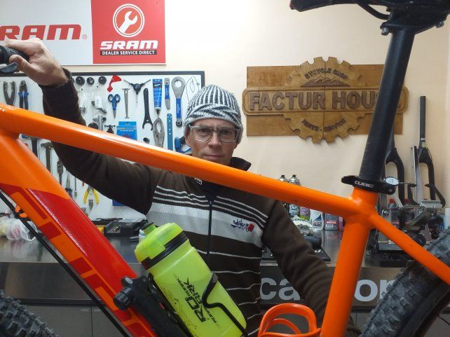 Factur Pasgal en el taller de bicicletas.