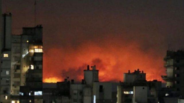 Una de las impresionantes imágenes de los incendios producto de la quema de pastizales, tomada desde Rosario.