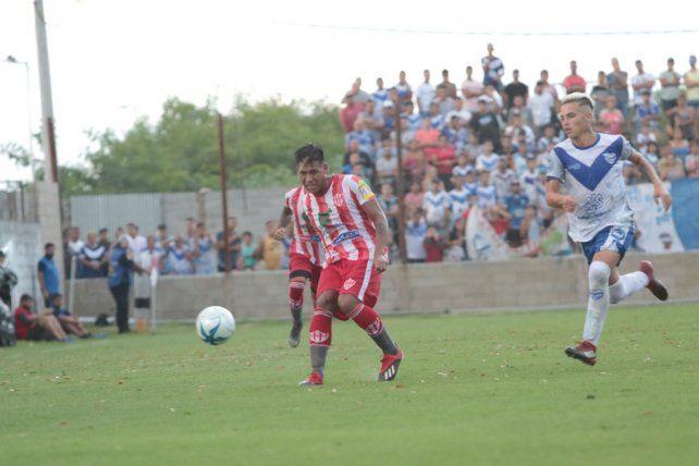 Mansilla en acción en el encuentro que Atlético Paraná disputó ante Sportivo Urquiza por el Regional Amateur