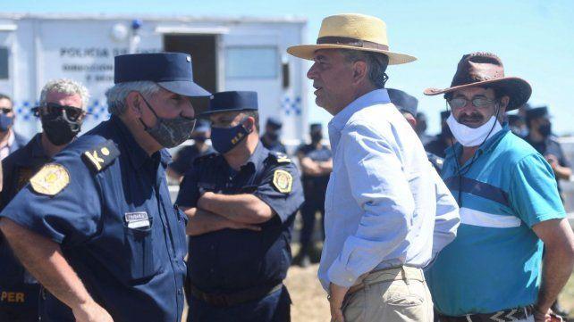 Luis Miguel Etchevehere dialoga con la Policía este lunes por la tarde.