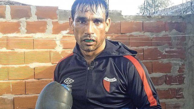 El Rayo Fernández entrena en el gimnasio que tiene en su casa.