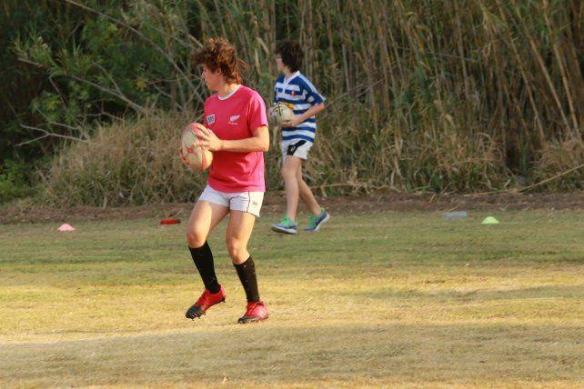 El protocolo indica que los entrenamientos de rugby se realizan con 10 chicos por cancha